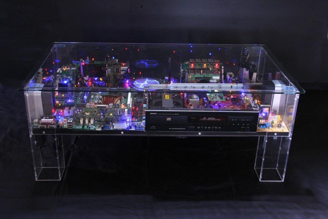 recr er dans une table basse des paysages urbains avec d 39 anciennes pi ces d 39 ordinateurs l. Black Bedroom Furniture Sets. Home Design Ideas