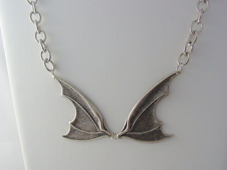 collier-pendentif-claudia-warehouse-13-bat-wing [750 x 562]