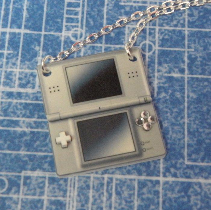 collier-pendentif-nintendo-DS-manette-controleur [700 x 698]