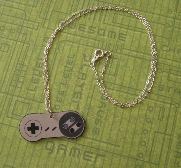 collier-pendentif-nintendo-manette-controleur-snes [750 x 561]