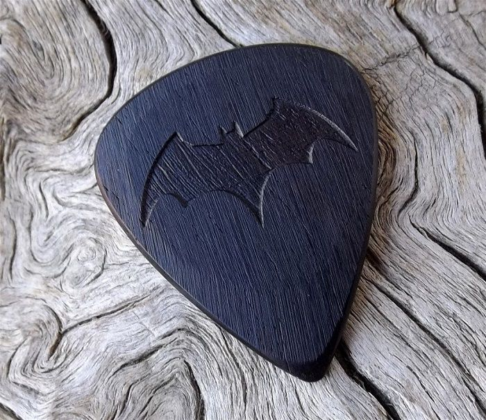 mediator-batman-logo-bois-geek-guitare [700 x 604]