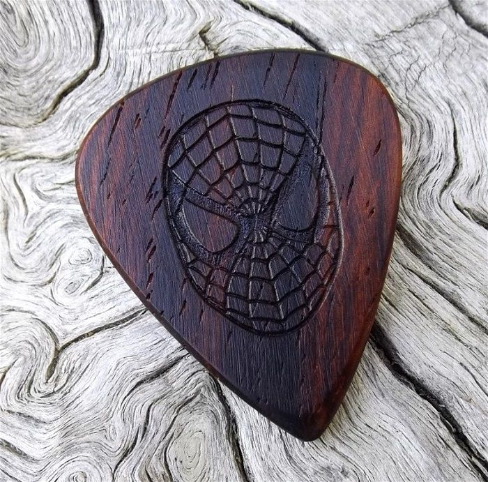 mediator-spiderman-bois-geek-guitare [700 x 691]