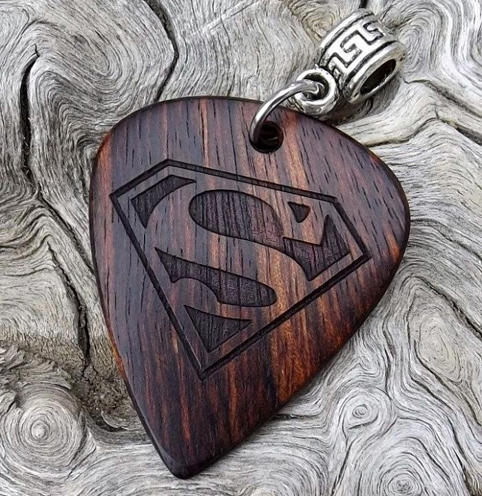 mediator-superman-logo-bois-geek-guitare [700 x 721]