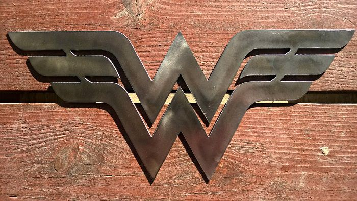 wonder-woman-dc-comics-logo-panneau-mural-metal-acier-plaque-decoration [700 x 394]
