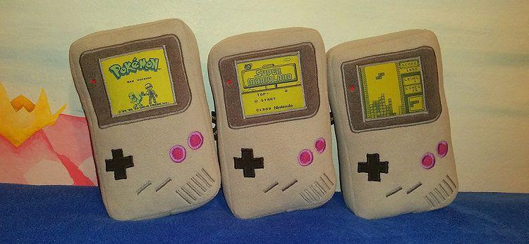 game-boy-peluche-oreiller-nintendo-console-750-x-347