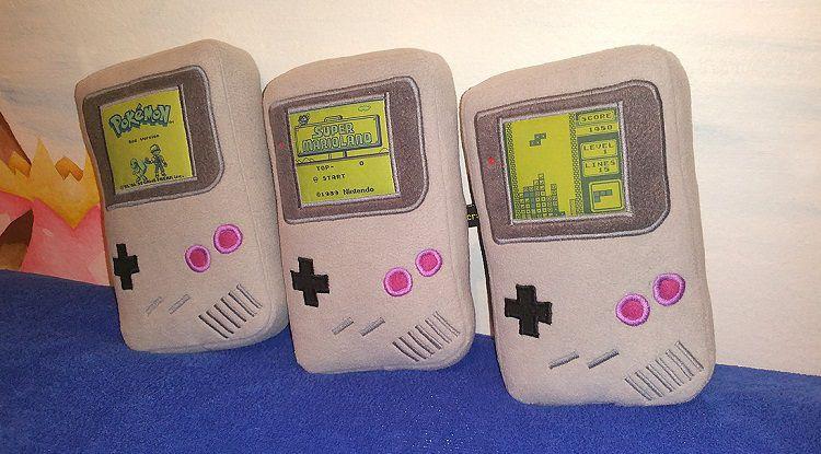 game-boy-peluche-oreiller-nintendo-console-750-x-415