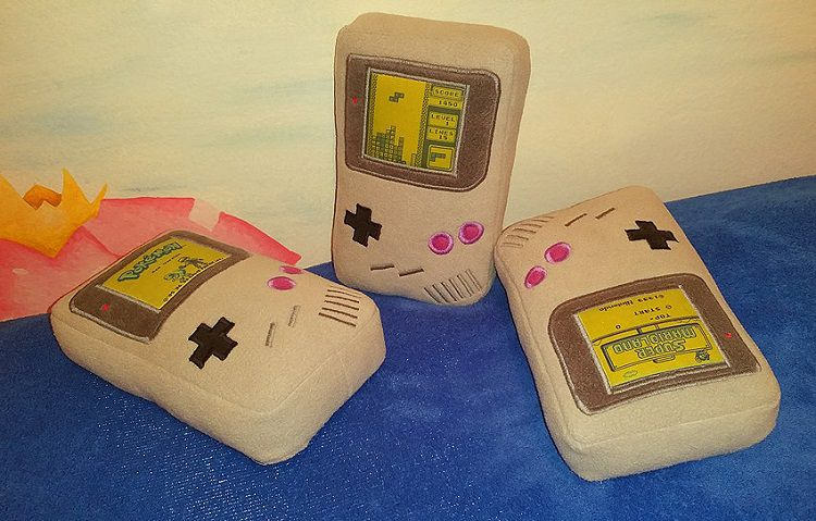 game-boy-peluche-oreiller-nintendo-console-750-x-479