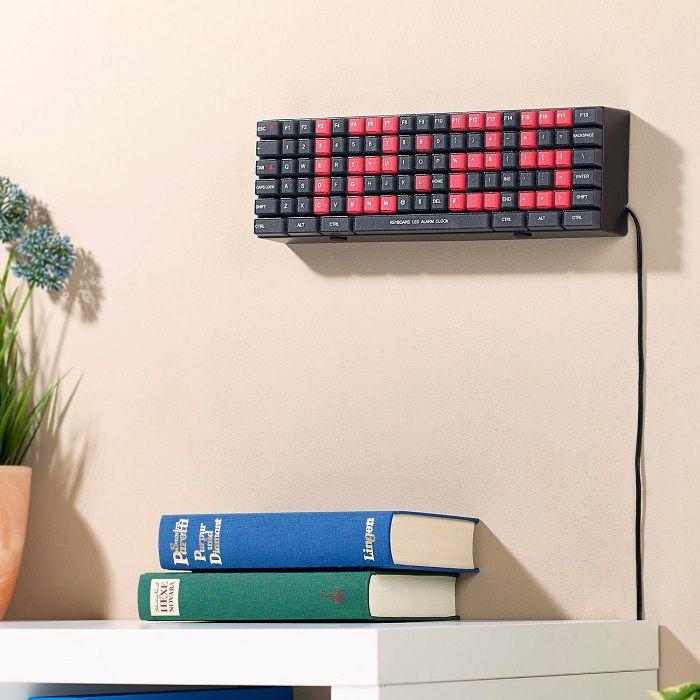 Une horloge LED en forme de clavier d'ordinateur