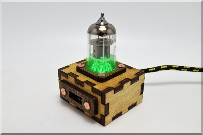 hub-usb-steampunk-tube-pentode-vert [700 x 466]