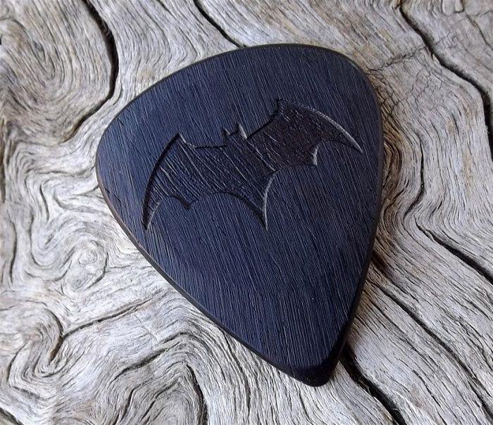 mediator-batman-logo-bois-geek-guitare [700 x 604]