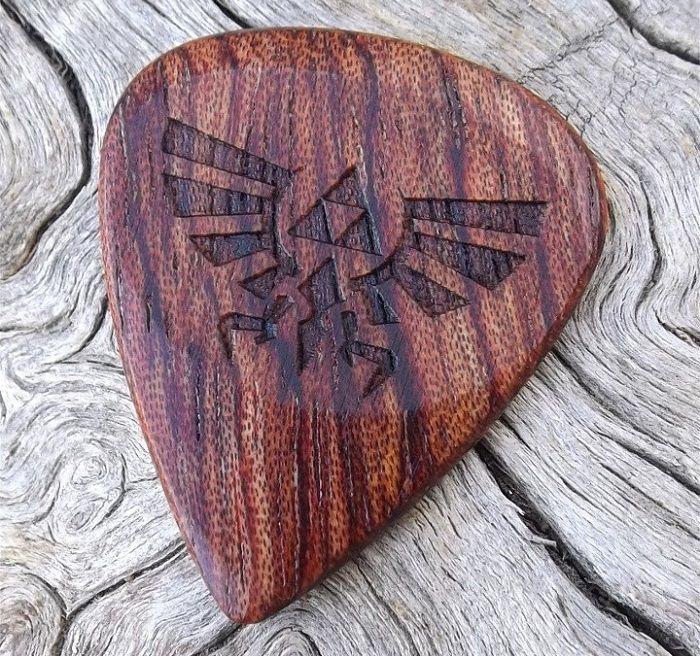 mediator-legend-zelda-bois-geek-guitare [700 x 656]