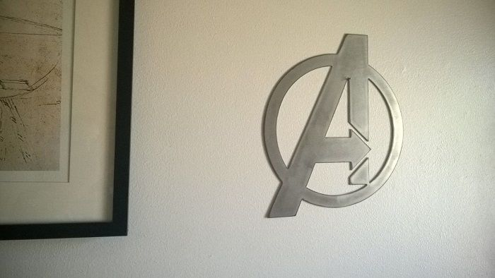 avenger-panneau-mural-marvel-logo-metal-acier-plaque-decoration-2 [700 x 394])
