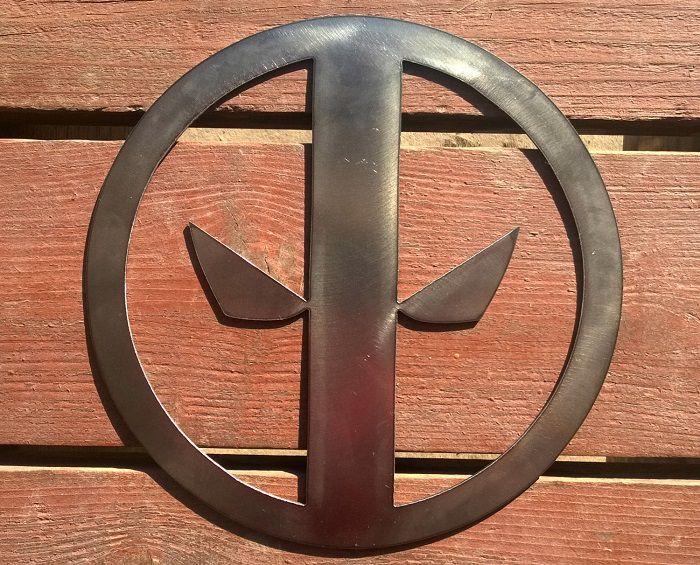 deadpool-panneau-mural-marvel-logo-metal-acier-plaque-decoration [700 x 565]