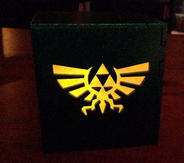 legend-of-zelda-triforce-logo-boite-lumiere-light-box-nintendo-decoration [600 x 532]