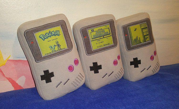 game-boy-peluche-oreiller-nintendo-console-750-x-458