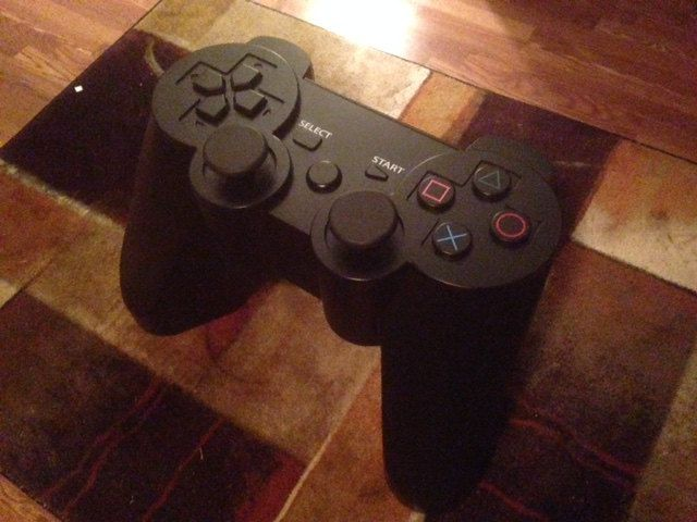 table-basse-manette-playstation-3-sony-gaming-decoration-detail-640-x-480